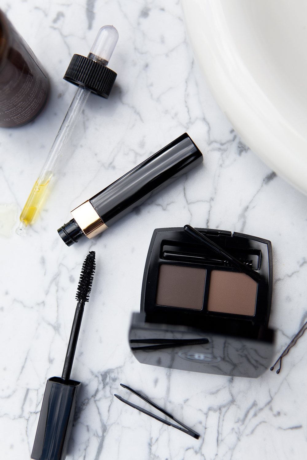 BEAUTY ESSENTIALS: EYEBROWS AND LASHES